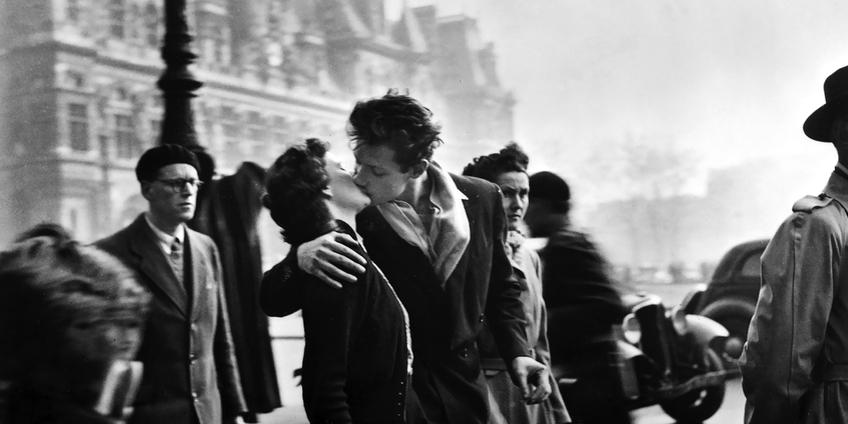"""Robert Doisneau, """"Le baiser de L'Hotel de Ville"""" (""""Il bacio dell'Hotel de Ville""""), fotografia, 1950 (particolare)"""