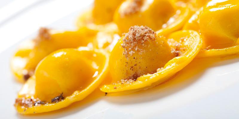 Ravioli di parmigiano reggiano al burro con polvere di noce moscata, mandorla e lavanda