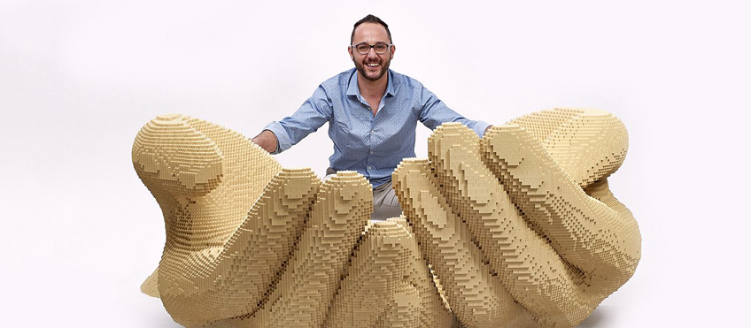 Riccardo Zangelmi con una delle sue opere create per Lego